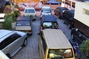 mobil standby di Villa NOva, pengunjung belanja di Pasar Wisata dan JJS ke Pemandian atau sekitar Songgoriti,makan sate... <photo by visitor is OK>