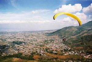 Paralayang di atas kawasan wisata lembah Songgoriti